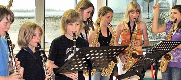 Kinder lernen Musikinstrumente